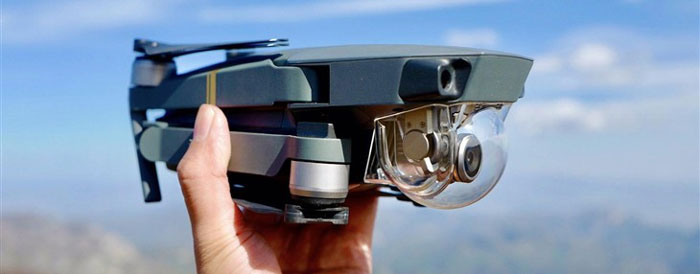 بارزترین ویژگی مویک، ابعاد بسیار کوچک آن است، این کوادکوپتر 734 گرمی در حالت جمع شده تنها 198 میلیمتر طول و 83 میلیمتر عرض و ارتفاع دارد. این ویژگی کاربر را ترغیب میکند تا به راحتی آن را همه جا به همراه خود ببرد و بهترین تصاویر هوایی را از لحظات زندگی خود بگیرد. میتوانید این کوادکوپتر را در کیف کوچک خود همراه با بقیه وسایل بگذارید تا در صورت لزوم از آن استفاده کنید.