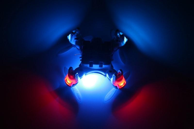 شاید توقعی بالایی باشد که از کوادکوپتری به این ابعاد انتظار برود که چراغهای پرنور و کم مصرفی داشته باشد. اما کوادکوپتر Cx10w این انتظار را هم برآورده کرده و دارای دو رنگ LED برای تشخیص مکان و جهت پهپاد در تاریکی است.