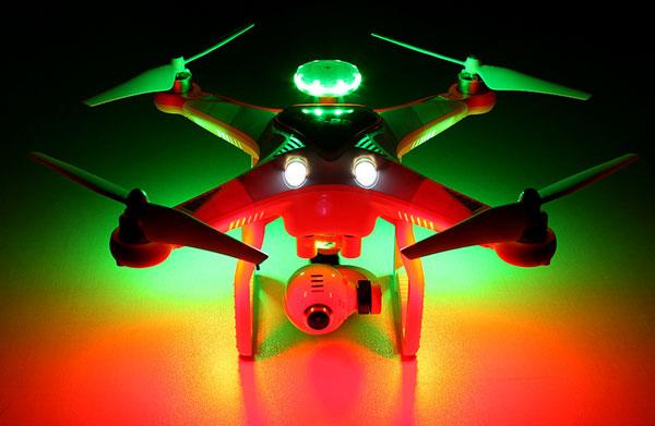 اکثر پهپادهای بدون سرنشین برای تعیین موقعیت و جهت پرواز توسط خلبان در تاریکی و نور شب، دارای چراغهای رنگی روی بازوهای خود هستند و کوادکوپتر Cheerson CX-22 هم از این امر مستثنی نیست. اما نکتهای که این کوادکوپتر را از سایر رقبای خود متمایز میکند، دو چراغ بسیار پرنور در جلوی آن است که امکان تصویربرداری از سوژهها در تاریکی را نیز به شما میدهد.