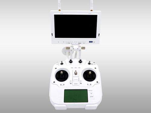از دیگر امکاناتی که میتوان به عنوان مزیت بر رقبا برای این کوادکوپتر قائل شد، رادیوکنترل آن است. رادیو کنترل کوادکوپتر Cheerson CX-22 دارای یک مانیتور 7 اینچی با رزولوشن 800x480 برای نمایش اطلاعات پرواز است که امکان مشاهده تصاویر ویدیویی را از سوژههای 1000 متری هم فراهم میکند.