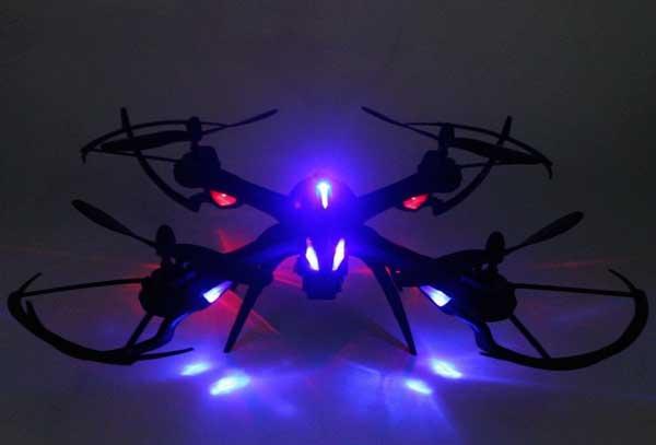 این کوادکوپتر با قابلیت حفظ ارتفاع خود (مد Altitude hold) و همچنین ژیروسکوپ شش محوره امکان خلبانی ساده تر و پرواز پایدارتر را حتی برای خلبانان مبتدی به راحتی فراهم میکند.  از طرفی LEDهای پرنور و کم مصرف این کوادکوپتر به آن امکان میدهد تا با به راحتی در آسمان شب قابل تشخیص بوده و زیبایی دو چندانی را رقم بزند.