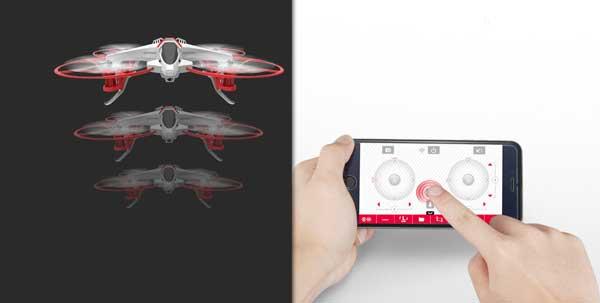 این کوادکوپتر علاوه بر بهره مندی از سیستم خلبان خودکار میتواند با استفاده از یک دکمه از زمین بلند شده و دوباره فرود بیاید. فقط کافیست آیکن قرمز رنگ (فلش سفید در مربع قرمز) روی اپلیکیشن نصب شده در گوشی خود فشار دهید و سادگی خلبانی این کوادکوپتر را به چشم ببینید.